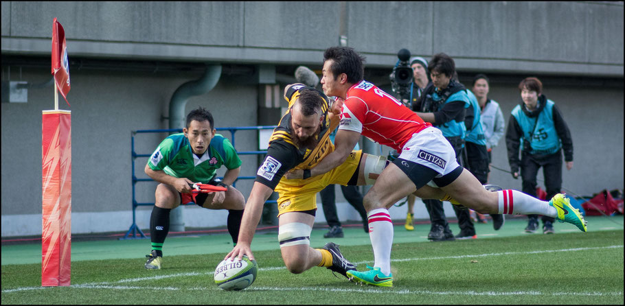 Blade Thomson touches down during the second half against the Sunwolves — John Gunning, Inside Sport: Japan, Feb 26, 2017