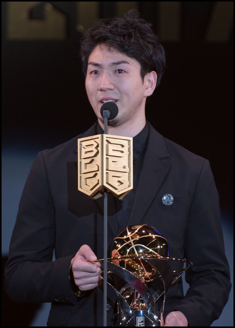 Makoto Hiejima accepts the 2018 MVP award at the 2018 B.League Awards – Chris Pfaff, Inside Sport: Japan, May 29th, 2018