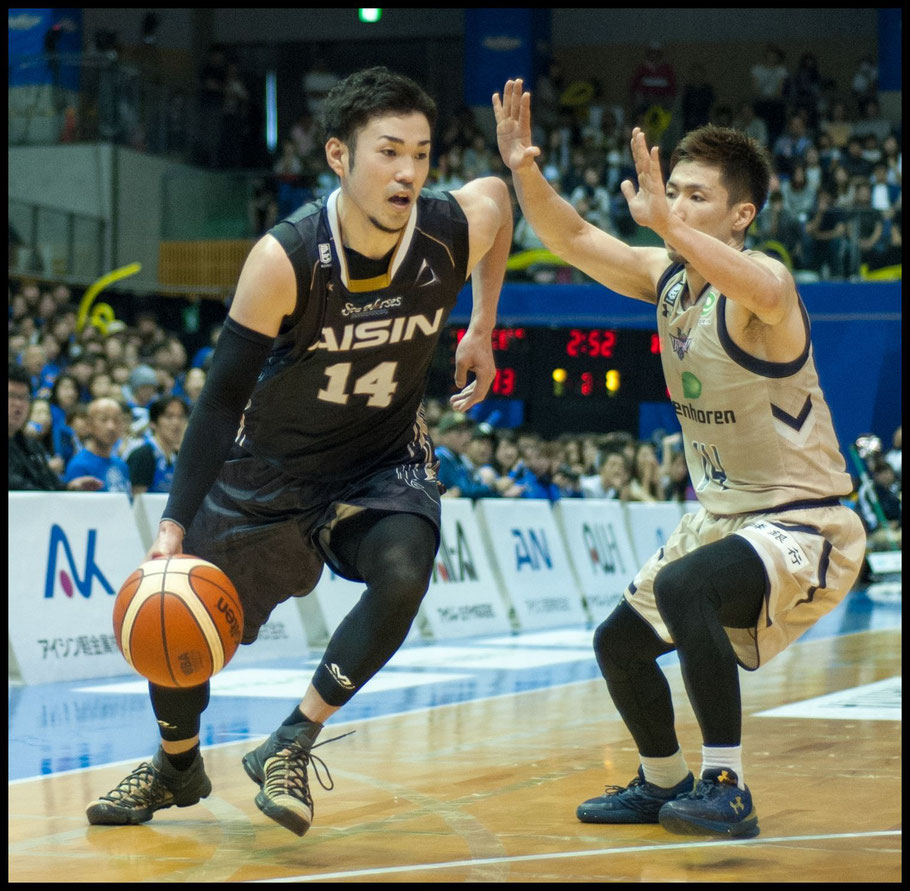 Mikawa's Kosuke Kanamaru (left) had the league's best 3-point and free throw percentage - Lionel Piguet, Inside Sport: Japan, May 14, 2017