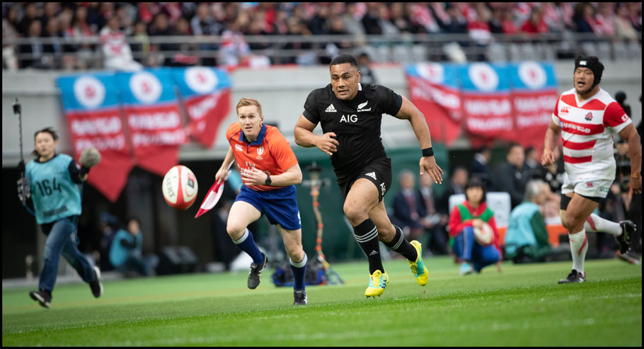 Ngani Laumape about to score one of his three tries - Sachiyo Karamatsu, Inside Sport: Japan, Nov 3, 2018