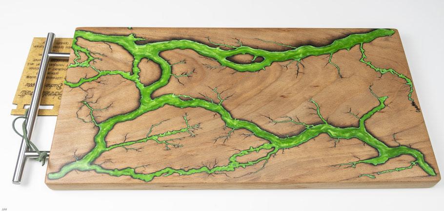Buchenbrett in Lichtenberg Technik und Epoxidharz in apfelgrün mit modernem Edelstahlgriff