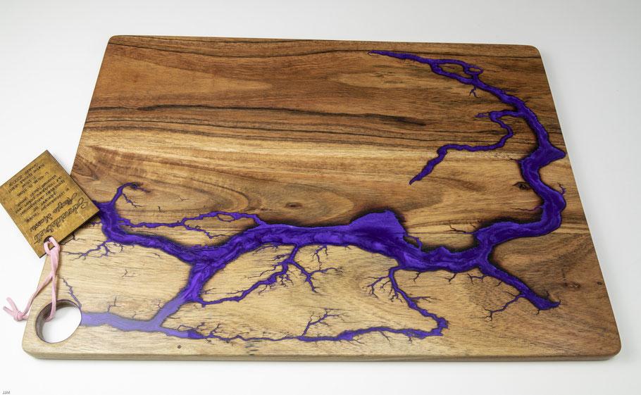 Workart Akazienbrett in Lichtenberg Technik und Epoxidharz in violett