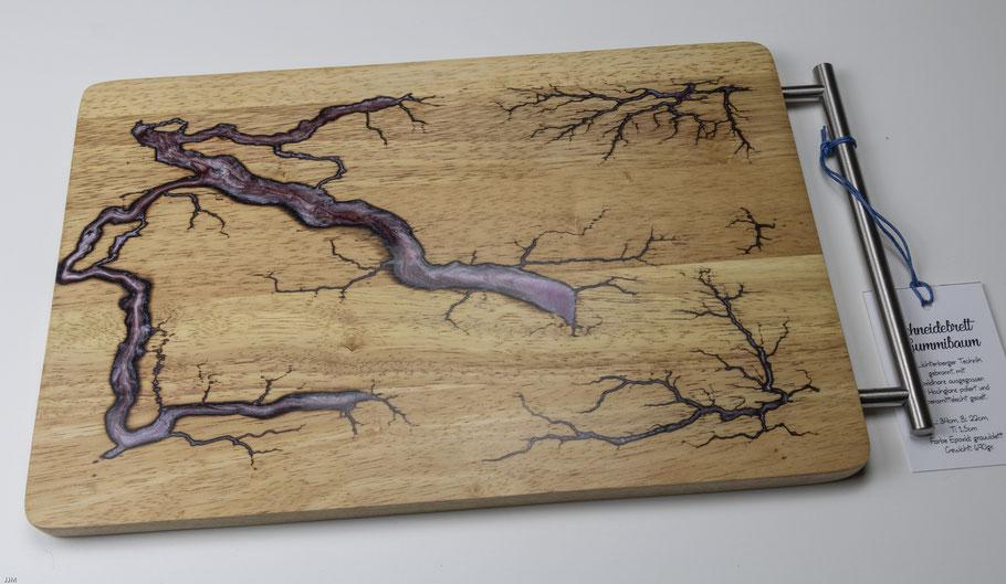 Gummibaumbrett in Lichtenberg Technik und Epoxidharz in violett mit modernem Edelstahlgriff