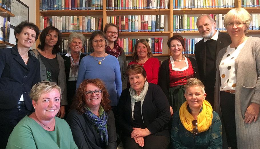 Bischofsvikar Wilhelm mit Bibliothekarinnen aus St. Wolfgang, Pfandl, Bad Ischl und Ebensee