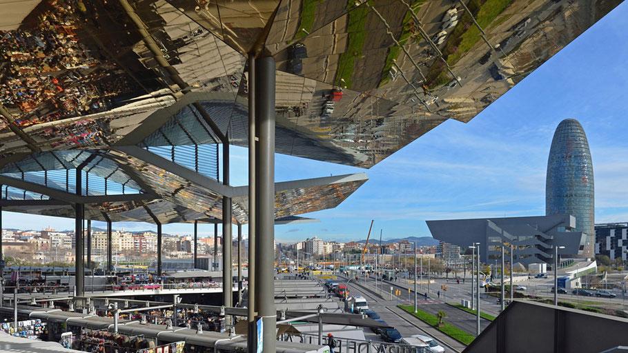 Markthalle Encants Barcelona. Rechts das Museu del Disseny, dahinter der Torre Agbar.