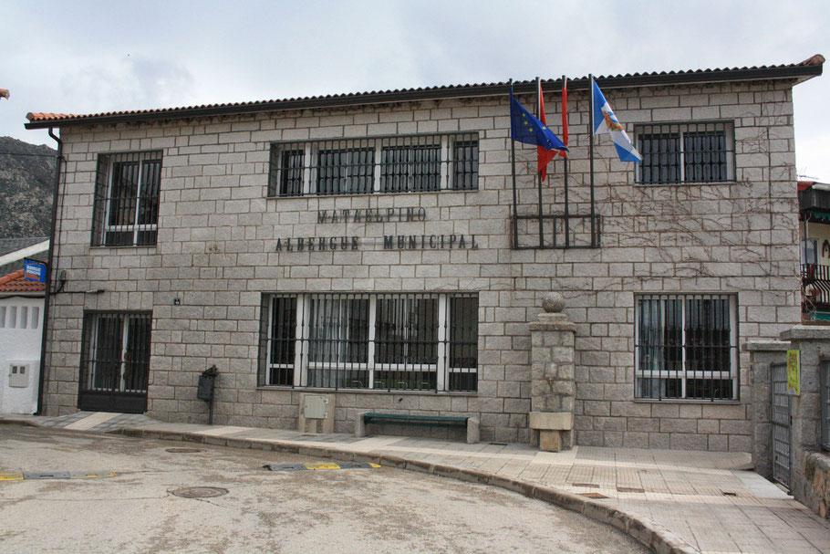 Vista de la fachada del Albergue de Matelpino