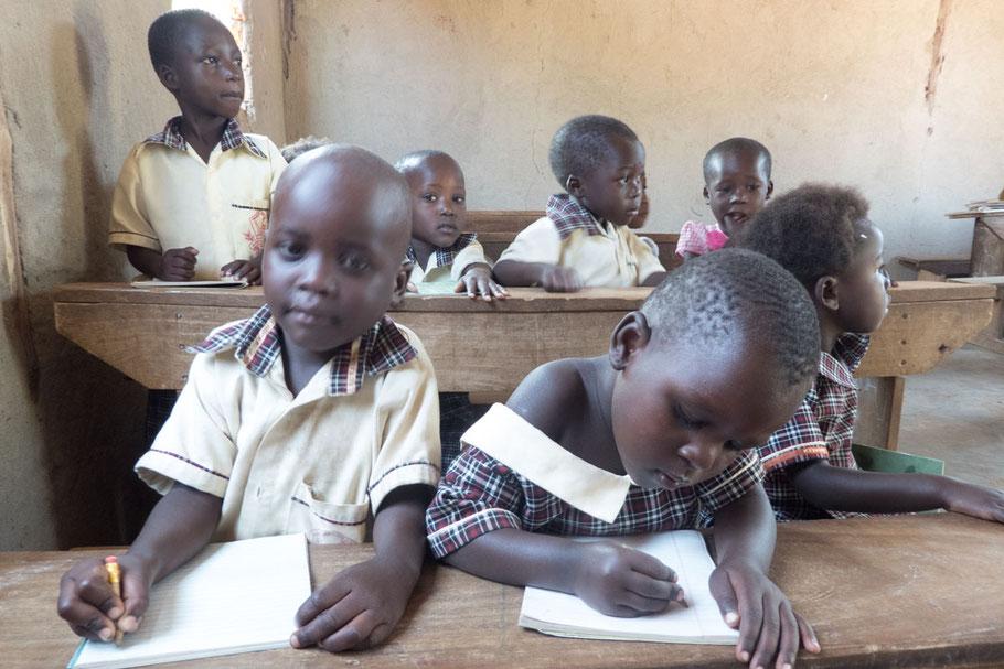 Fleißige Schüler erledigen ihre Aufgaben