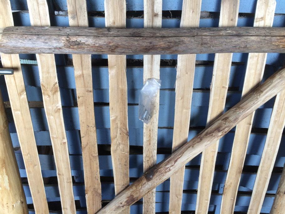 An jedem Tor hängt ein Beutelchen mit den Schrauben
