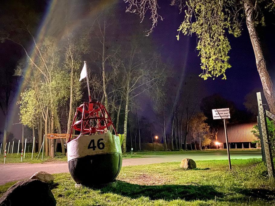 """Boje am Wassersportverein """"Hanse-Kogge"""" in Bremen-Habenhausen, Nachtaufnahme in Bremen Obervieland (Foto: 04-2020, Jens Schmidt)"""