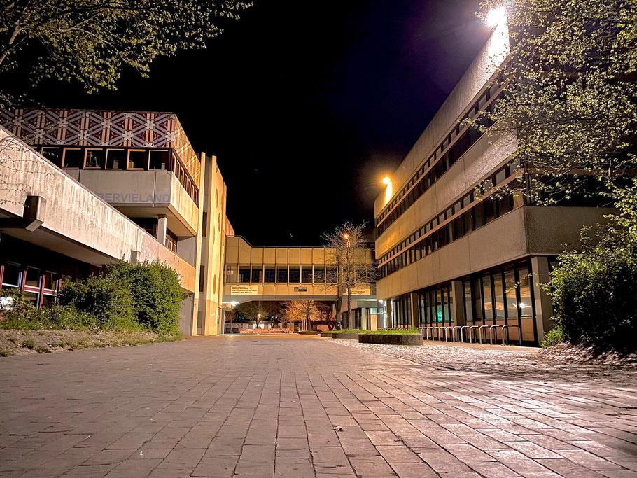 Nachtaufnahme vom Schulhof am Gymnasium Links der Weser in Bremen-Kattenturm, Bremen Obervieland (Foto: 04-2020)