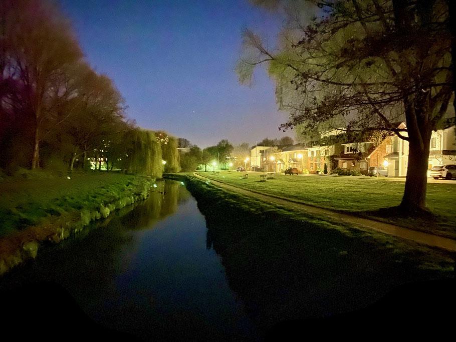 Nachtaufnahme am Kattenescher Fleet an der Albert-Schweitzer-Straße in Bremen-Kattenesch, Bremen Obervieland (Foto: 04-2020 Jens Schmidt)