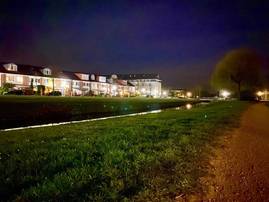 Nachtaufnahme der Häuserzeile In den Niederkämpen in Bremen-Arsten, Bremen Obervieland. Im Vordergrund das Wadeacker Fleet. (Foto: 04-2020, Jens Schmidt)