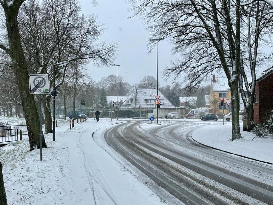 Verschneite Straßen und Radwege am Baumhauser Weg Ecke Christian-Seebade-Straße (Foto: 01-2021, Jens Schmidt)