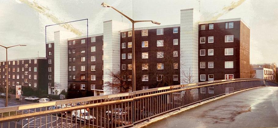 Foto von 1994 aus Bremen-Kattenturm: Über Alfred-Faust-Straße führte in Höhe Gorsemannstraße eine Fußgängerbrücke
