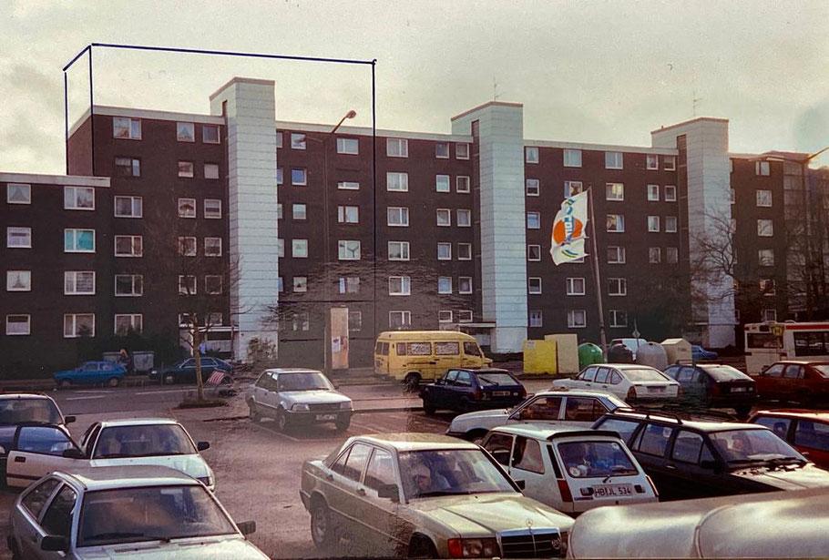 Foto von 1994 aus Bremen-Kattenturm: Wohnblock in Höhe der Passage Kattenturm, dort, wo heute die Passage mit dem innenliegenden Parkplatz steht, standen früher Autos .