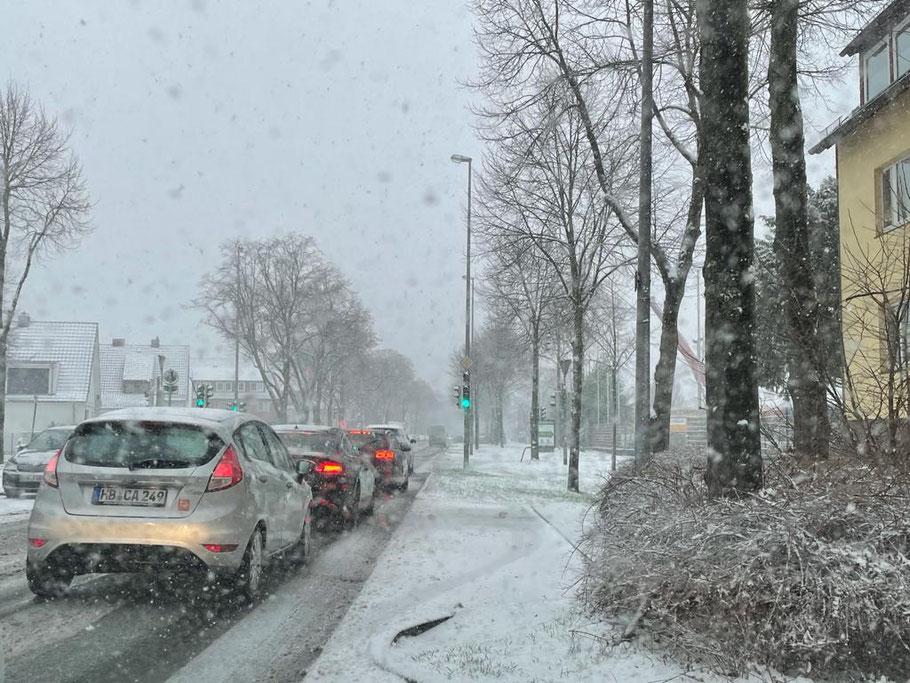 Schneefall behindert die Sicht der Autofahrer (hier im Gewerbegebiet Arsterdamm, Bremen-Kattenturm (Foto: 01-2021, Jens Schmidt)