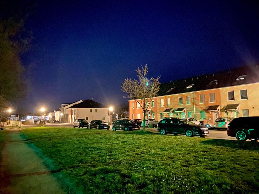 Nachtaufnahme: Wohnhäuser in der Felix-von-Eckardt-Straße Richtung Hermann-Lange-Straße in Bremen-Arsten, Bremen Obervieland (Foto: 04-2020 Jens Schmidt)