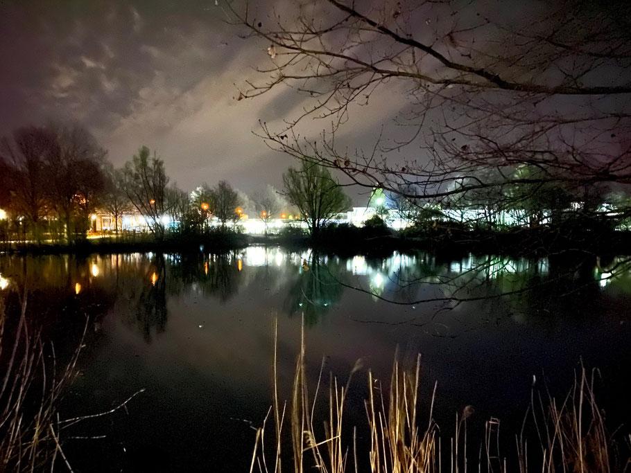 Nachtaufnahme am Krimepelsee in Bremen Kattenturm, Blickrichtung Gewerbegebiet Habenhausen, Bremen Obervieland (Foto: 04-2020, Jens Schmidt)