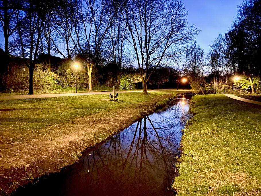 Nachtaufnahme am Kattenescher Fleet: Hier verläuft die Ortsteilgrenze zwischen Kattenesch und Kattenturm, Bremen Obervieland (Foto: 04-2020, Jens Schmidt)