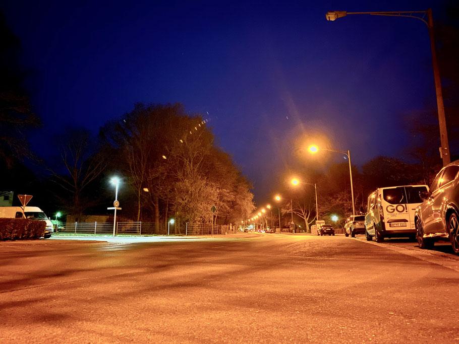 Nachtfoto in Bremen-Kattenesch, Alfred-Faust-Straße Ecke Wilhelm-Holzmeier-Straße, Bremen Obervieland (Foto: 04-2020, Jens Schmidt)