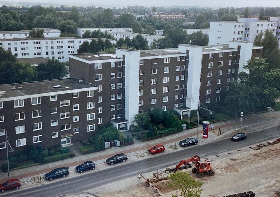 Foto von 1998 aus Bremen-Kattenturm: Baumaßnahmen auf der Straßenseite, wo heute der Bau der Passage Kattenturm steht.