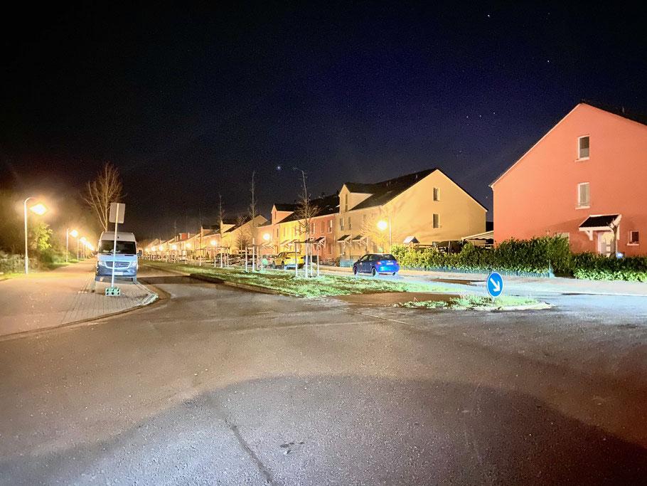 Nachtaufnahme an der Hans-Hackmack-Straße Ecke Felix-von-Eckardt-Straße in Bremen-Arsten, Bremen Obervieland (Foto: 04-2020 Jens Schmidt)
