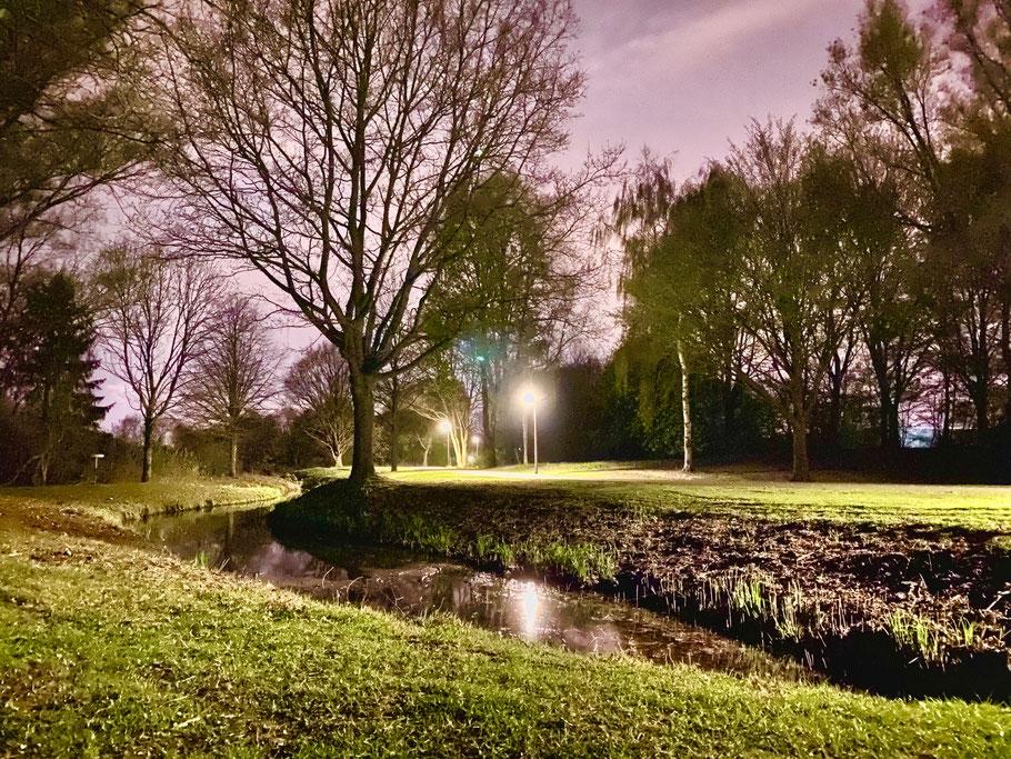 Habenhauser Landwehr als Abzweigung vom Krimpelsee, Wege bei Nacht - Aufnahme in Bremen-Kattenturm, Blickrichtung stadteinwärts, Bremen Obervieland (Foto: 04-2020, Jens Schmidt)