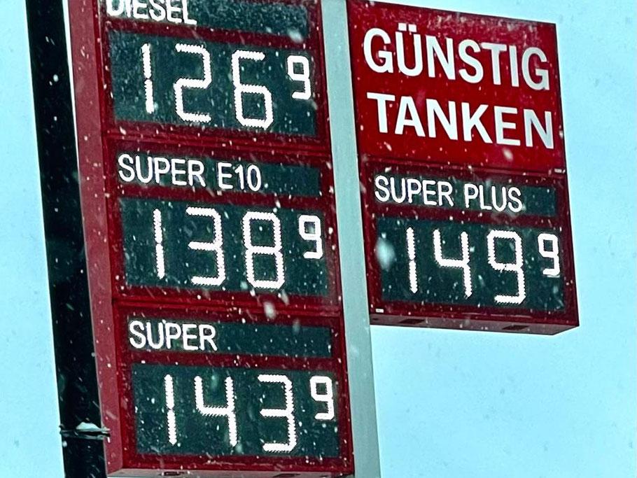 Die Spritpreise sind Anfang 2021 stark gestiegen: Hier die Preise für Benzin und Diesel an der Freien Tankstelle in der Ernst-Buchholz-Straße in Bremen- Habenhausen am 29. Januar 2021 (Foto: 01-2021, Jens Schmidt)