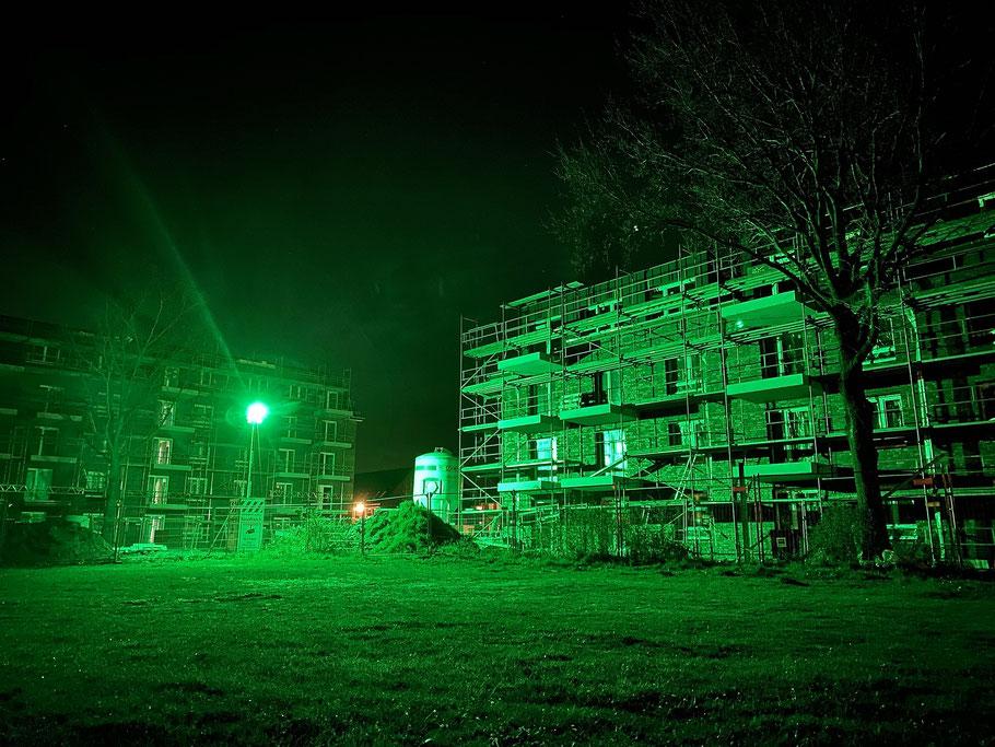 Baustelle, getaucht in grünes Nachtlicht, am neuen Familienviertel hinter der Dreifachsporthalle Obervieland, Ecke Hans-Hackmack-Straße in Bremen-Kattenturm, Bremen Obervieland (Foto: 04-2020)