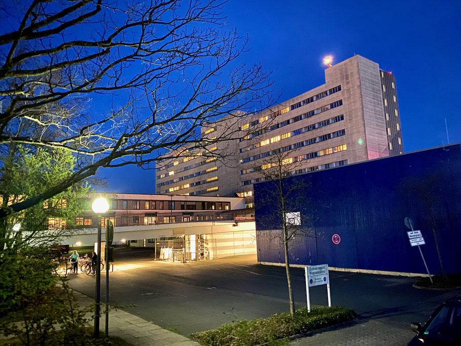 Nachtaufnahme vom Krankenhaus Links der Weser in Bremen-Kattenturm, Bremen Obervieland (Foto: 04-2020, Jens Schmidt)