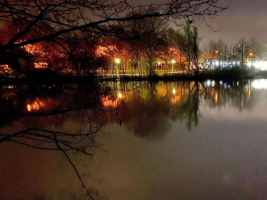 Spiegelung der Wegebeleuchtung am Krimpelsee, Nachtaufnahme in Bremen-Kattenturm, Bremen Obervieland (Foto: 04-2020, Jens Schmidt)