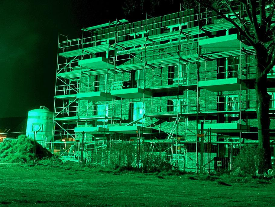 Baugerüst in grünem Nachtlicht - Neubau eines Wohnblocks an der Hans-Hackmack-Straße, Nachtaufnahme in Bremen-Kattenturm, Bremen Obervieland (Foto: 04-2020)
