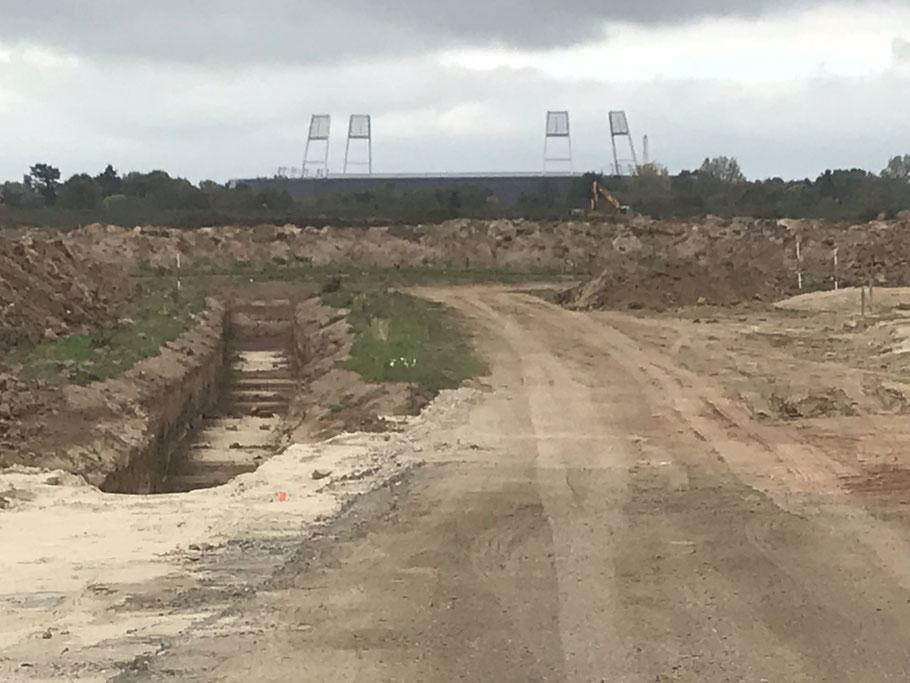 Im Hintergrund ist das Weserstadion zu erkennen: Aushubarbeiten auf der Baustelle der Gartenstadt Werdersee in Bremen-Habenhausen (Foto: 10-2018, Jens Schmidt)