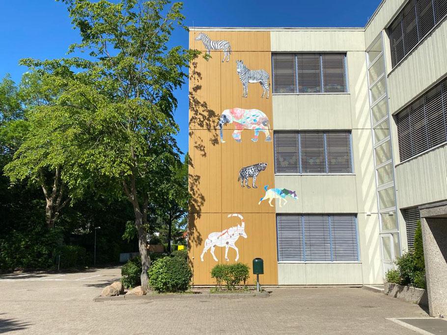 Künstlerinnen und Künstler aus Durban in Südafrika unterstützten die Malerin Edeltraut Rath bei ihrer Fassadengestaltung an der Grundschule Alfred-Faust-Straße in Bremen-Kattenturm, Bremen Obervieland (Foto: 05-2020, Jens Schmidt)