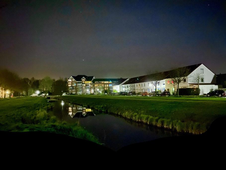 Nachtaufnahme einer Häuserzeile in der Albert-Müller-Straße Ecke Kurt-Georg-Kiesinger-Allee in Bremen-Arsten, Bremen Obervieland (Foto: 04-2020, Jens Schmidt)