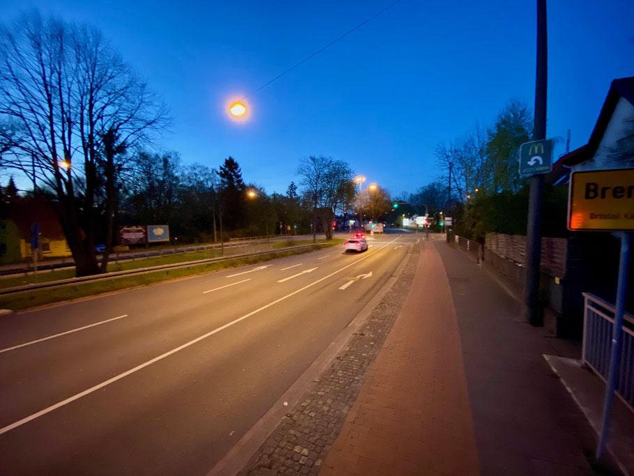 Ampelkreuzung mit dreispuriger Verkehrsführung Richtung Kattenturm an der Kattenturmer Heerstraße, Bremen Obervieland (Foto: 04-2020, Jens Schmidt)