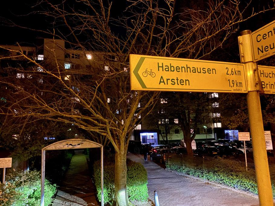 Einfahrt zum Großwohnanlage an der Alfred-Faust-Straße in Bremen-Kattenturm, Nachtaufnahme in Bremen Obervieland (Foto: 04-2020)