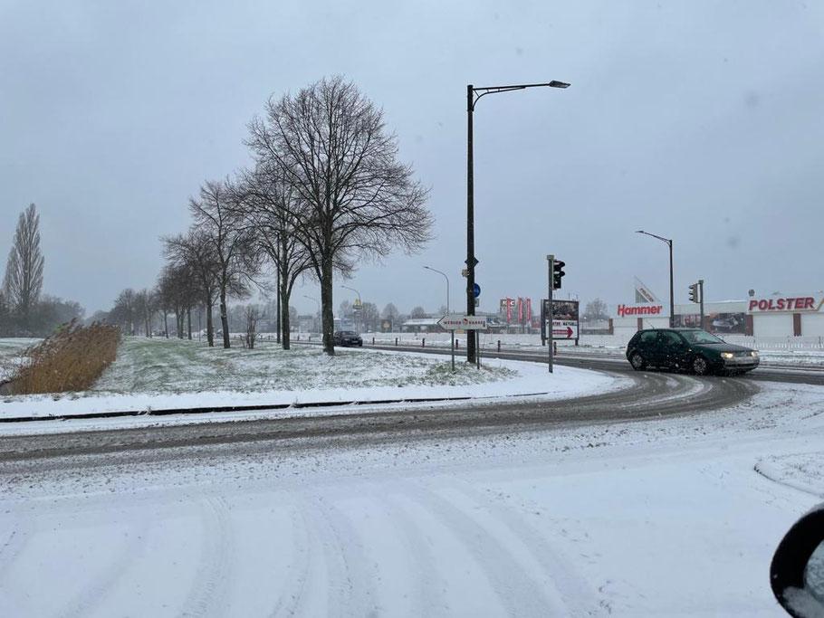 Winter 2021: Vereiste Straßen an der Habenhauser Brückenstraße in Bremen-Habenhausen, im Hintergrund Hammer und Polster Aktuell (Foto: 01-2021, Jens Schmidt)