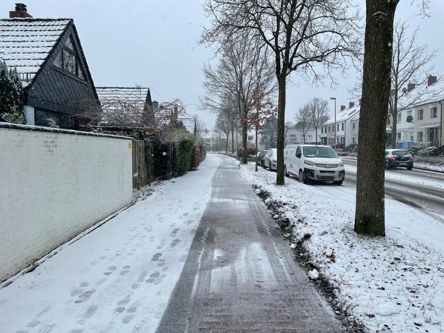 Bereits geräumte Radwege und Fußwege schneien wieder zu - hier in der Karl-Marx-Straße Höhe Senator-Theil-Straße in Bremen Habenhausen, Bremen Obervieland (Foto: 01-2021, Jens Schmidt)