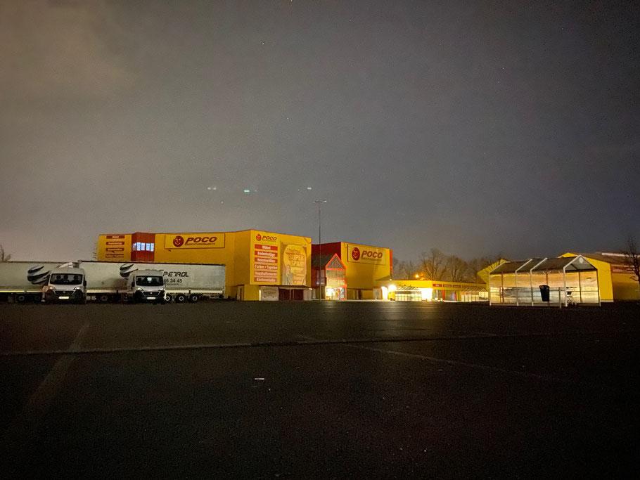 Poco Einrichungsmarkt in Bremen-Habenhausen, Bremen Obervieland, bei Nacht - menschenleere Aufnahme am Ostermontag gegen 1.00 Uhr (Foto: 04-2020, Jens Schmidt)