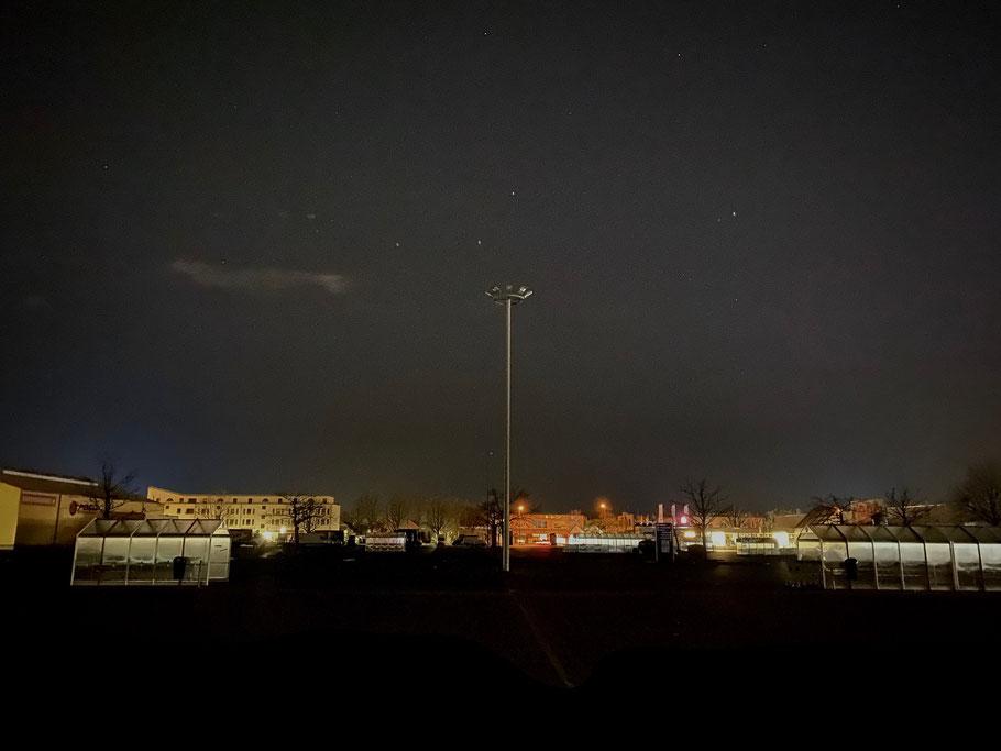 Nachtaufnahme vom Kundenparkplatz des real Einkaufsmarktes in Bremen-Habenhausen, Bremen Obervieland (Foto: 04-2020, Jens Schmidt)