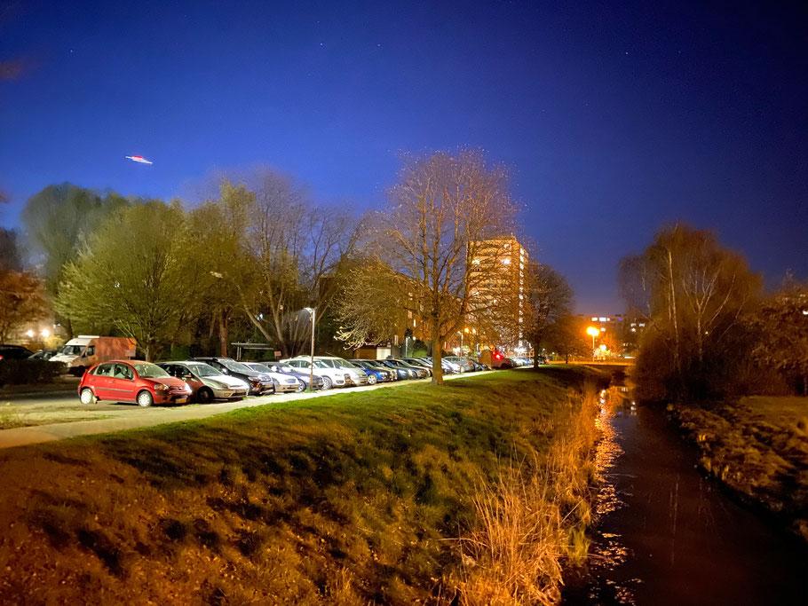 Nachtaufnahme parkender Autos in der Emil-Richter-Straße in Bremen-Kattenturm, Blick Richtung Passage Kattenturm, Bremen Obervieland (Foto: 04-2020)