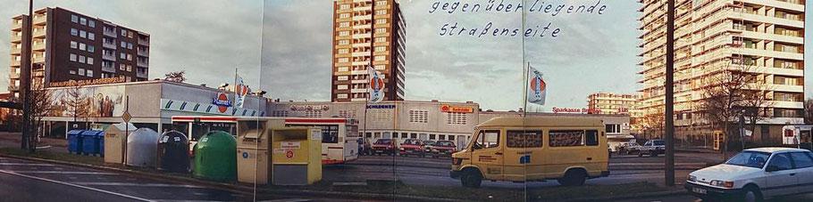 Foto von 1994 aus Bremen-Kattenturm: Alfred-Faust-Straße mit Blick auf die Stelle, wo heute der Neubau, in dem heute die Allianz Versicherung Jens Schmidt, Don Pizza und andere Firmen untergebracht sind, steht.