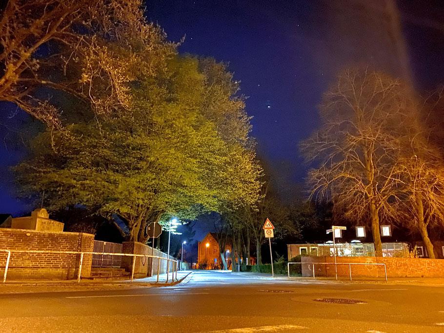 Nachtblick von der Arster Landstraße in Richtung In der Tränke, Bremen-Arsten, Bremen Obervieland (Foto: 04-2020, Jens Schmidt)