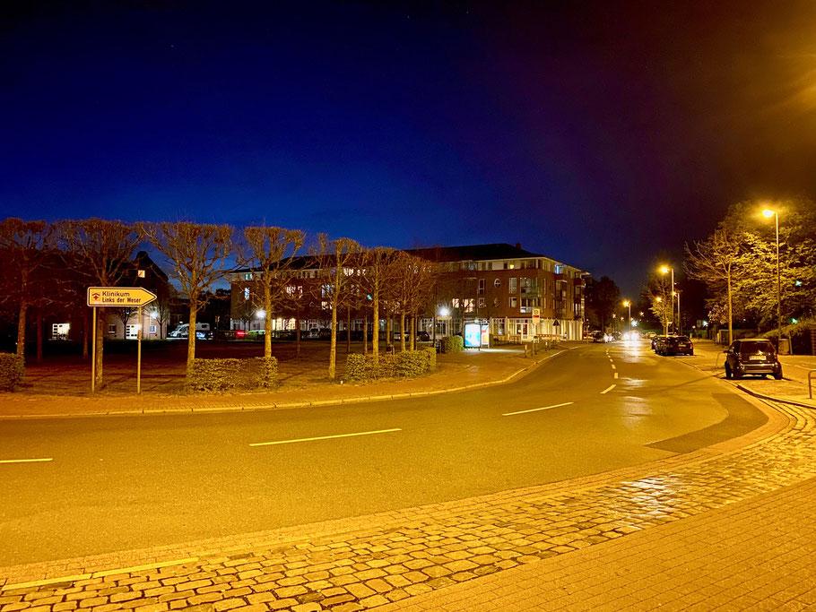 Nachtaufnahme der Sparkasse an der Alfred-Faust-Straße in Bremen-Kattenturm, Bremen Obervieland. Seltener Moment ohne Verkehr auf der Straße. (Foto: 04-2020, Jens Schmidt)