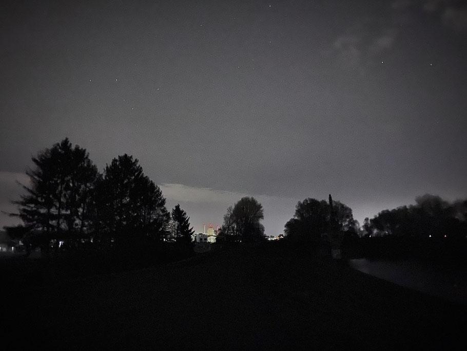 Nachtaufnahme vom Deich in Bremen-Habenhausen in Bremen Obervieland, Blickrichtung Hastedt (swb-Kraftwerk im Hintergrund) (Foto: 04-2020, Jens Schmidt)