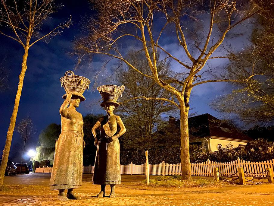 "Skulpturengruppe ""Arster Marktfrauen"" in Bremen-Arsten, Bremen Obervieland, bei Nacht (Foto: 04-2020, Jens Schmidt)"