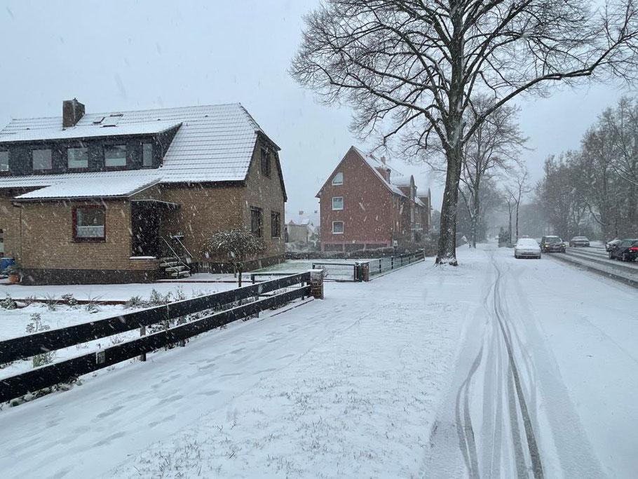 Verschneiter Fußweg am Arsterdamm in Bremen-Kattenturm im Januar 2021 (Foto: 01-2021, Jens Schmidt)