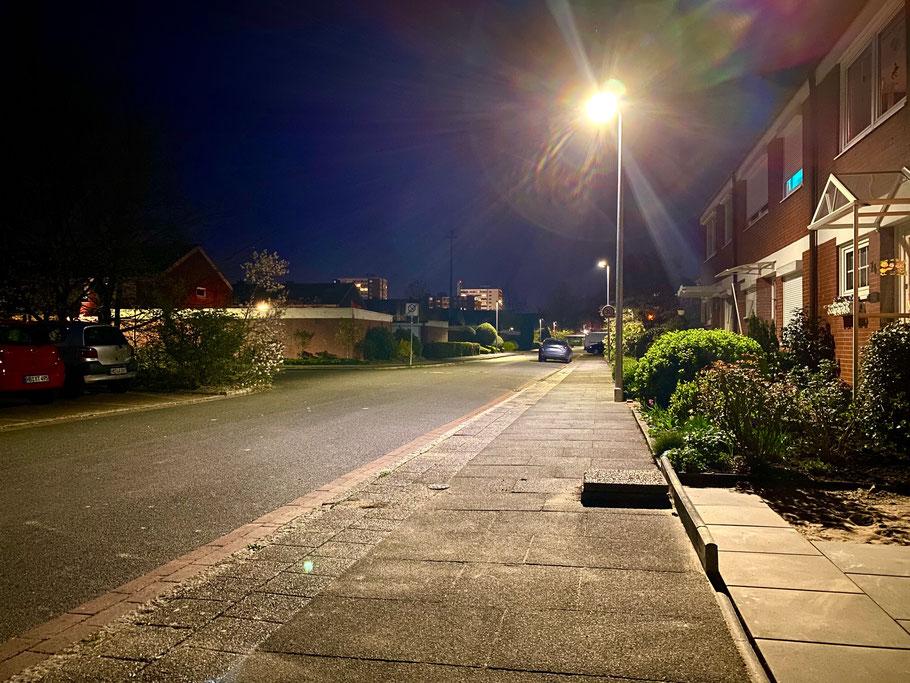 Nachtaufnahme von Wohnhäusern und der Sammelparkfläche in der Gustav-Deckwitz-Straße in Bremen-Kattenturm, Bremen Obervieland (Foto: 04-2020, Jens Schmidt)