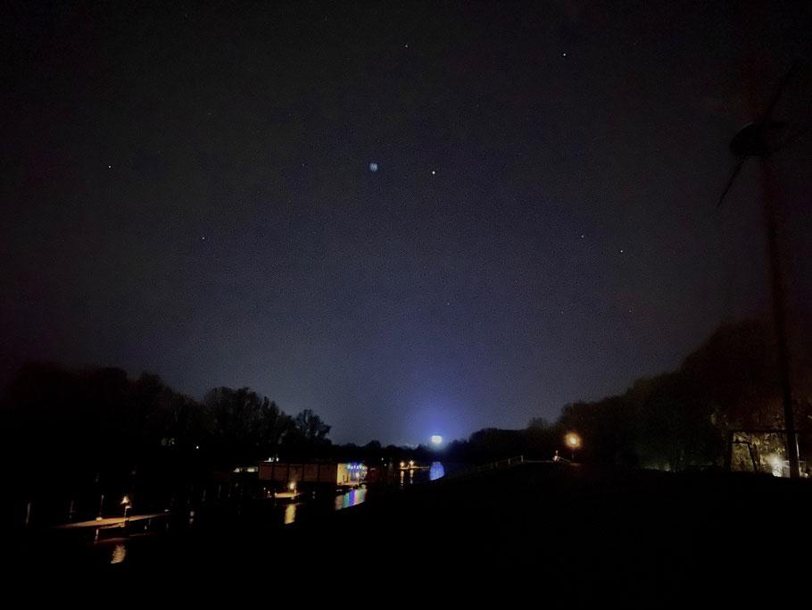 """Nachtaufnahme vom Deich auf den Korbhauser See (Blick Richtung """"Autohus"""") in Bremen-Habenhausen, Bremen Obervieland (Foto: 04-2020, Jens Schmidt)"""